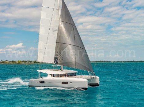 Drone Blick auf Segeln 42 Lagoon Katamaran Vermietung in Ibiza mit Captain