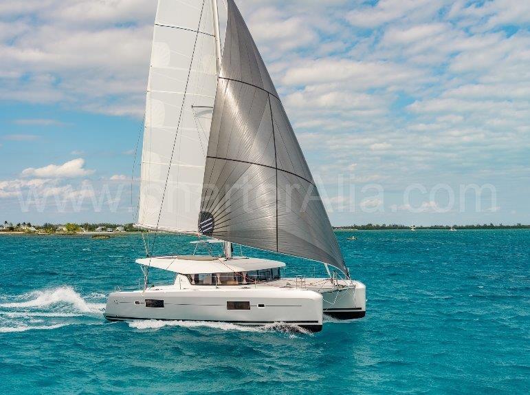 Blick auf die Drohne des Segelns von 42 Lagoon Katamaran auf Ibiza mit Captain