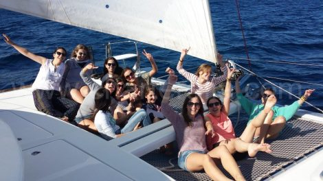 Junggesellen auf einem Katamaran in Ibiza