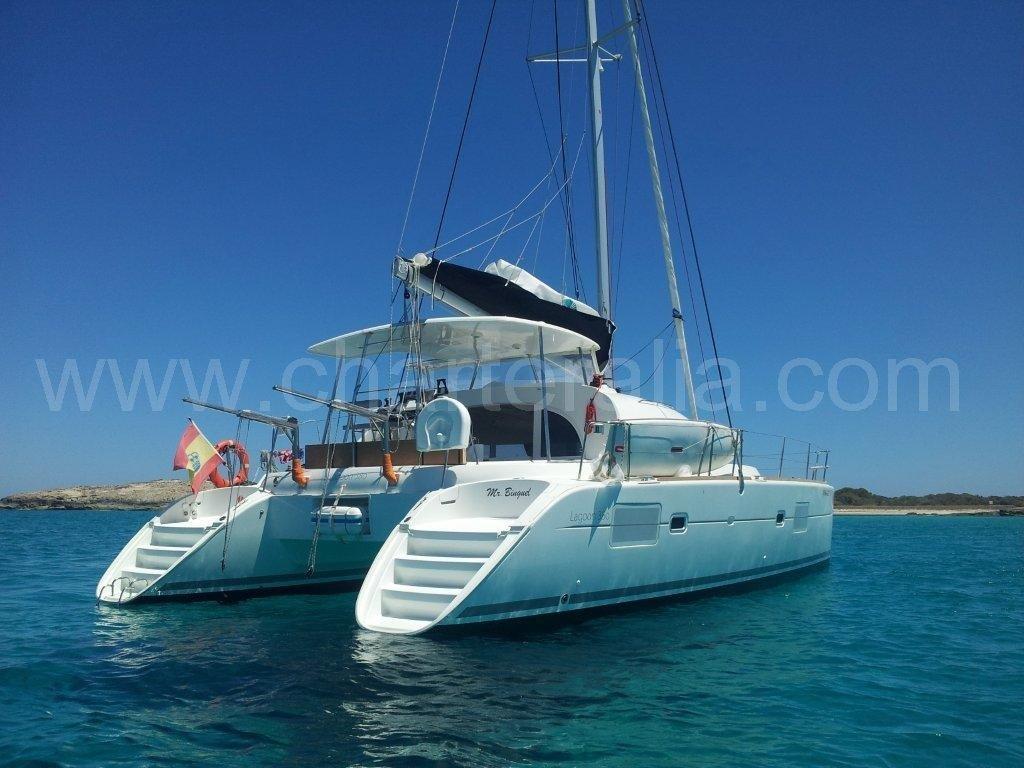 Rückansicht des Katamarans Lagoon 380 auf Ibiza verankert