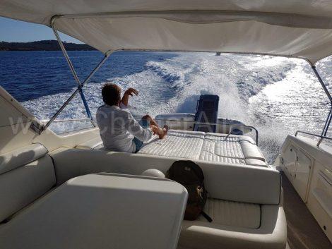 Yacht mit voller Geschwindigkeit auf den Balearen