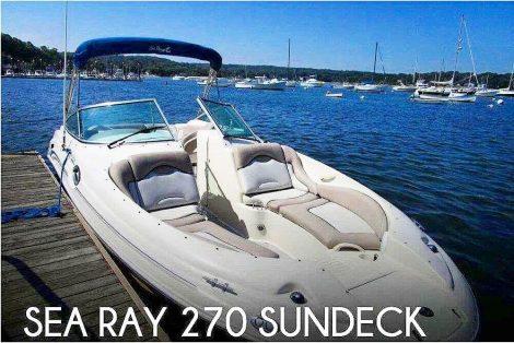 Barca veloce Sea Ray 270 con prendisole imbottito a prua per sdraiarsi o prendere il sole