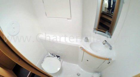 Bild eines der beiden Badezimmern des Katamarans Lagoon 380 auf Ibiza mit integrierter Dusche. Die Badezimmer sind leicht von den Fluren der einzelnen Bands aus zu erreichen