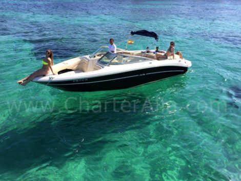 Drohne-Ansicht-of-Speed-Boot-Sea-Ray-230-fuer-Miete-in-Formentera-und-Ibiza