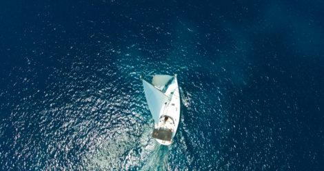 Drohnesfoto-des-Segelboots-in-Formentera