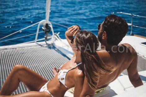 Ein Paar das die Frontnetze des Katamarans Lagoon 380 von 2019 geniesst