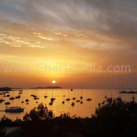 Geniessen Sie den Sonnenuntergang bei einem Katamaranausflug vom Cafe Mambo und vom Cafe del Mar in San Antonio