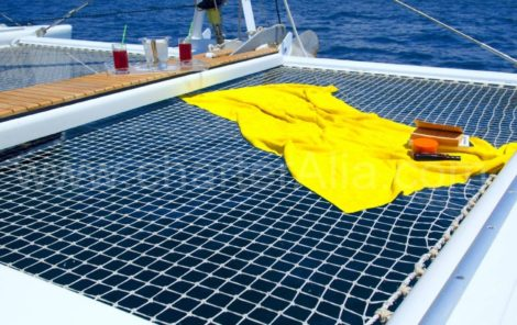 Nylon-Netze auf Katamaran Lagoon 470 Yachtcharter mit Kapitaen in Ibiza