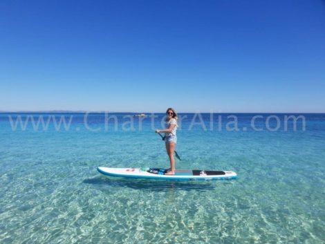 Unser Katamaran Lagoon 380 aus dem Jahr 2019 beinhaltet ein kostenloses Paddle-Surfboard, das unsere unerschrockenen Kunden begeistern wird
