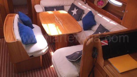Die Innen-Lounge des Segelboots mit ihrem Esstisch ermoeglicht Sitzgruppen fuer 10 Personen