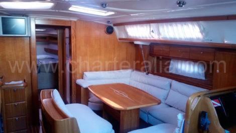 Fernseher-im-Wohnzimmer-in-einem-Schiff