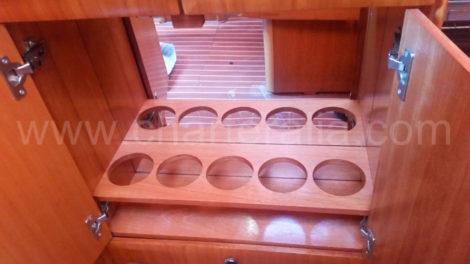 Flaschenregal-auf-Segelboot-zum-Mieten-in-Ibiza