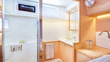 Die Hauptkabine mit direktem Zugang zum Badezimmer
