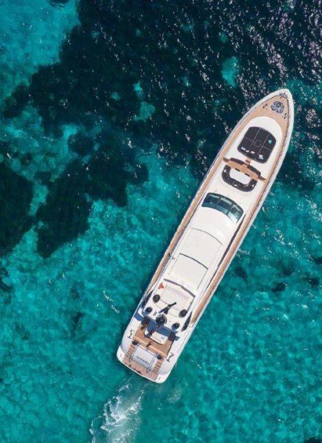Dronenansicht des Superluxus-Yachtsegelns Mangusta 130 in Formentera