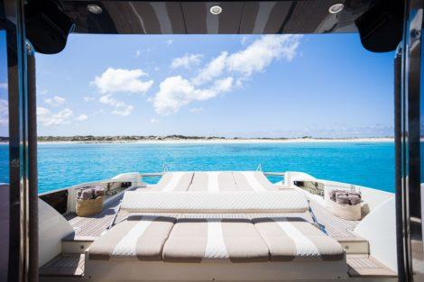 Heckdeck mit Sonnenliege in Yacht zum Chartern