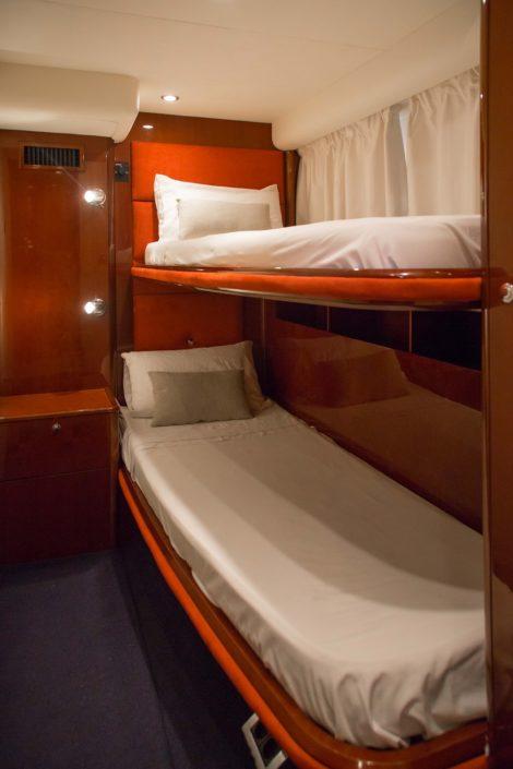 Kabine mit Etagenbetten auf der Yacht zum Mieten in Ibiza Princess V58