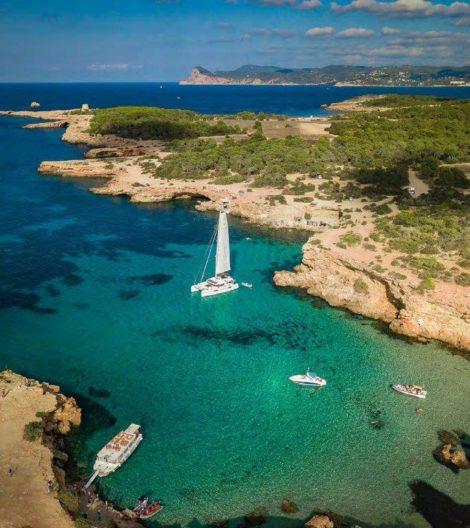 Katamaran Lagoon 52 verankert in Cala Conta Ibiza