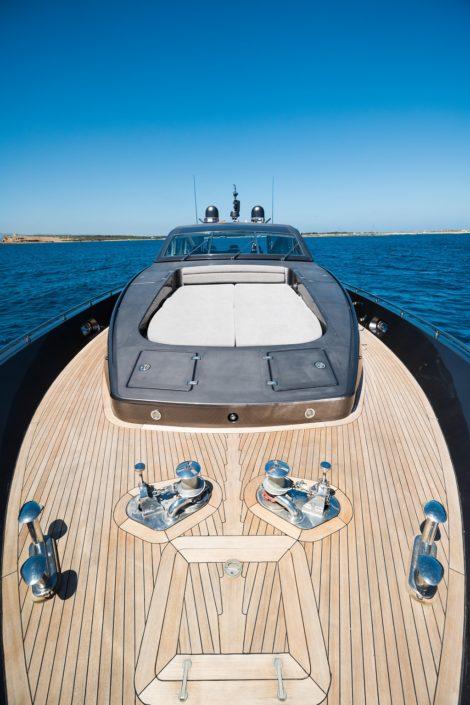 Liegen am Bug auf der Yacht Leopard 90 in Ibiza