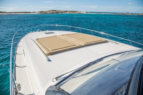 Luxusyacht der Bugplattform sunbeds in Ibiza