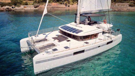 Netzwerk mit Sonnenliegen und Vordersofa auf dem Deck des Katamarans Lagoon 52 auf Ibiza und Formentera