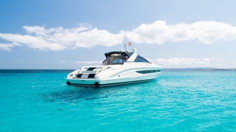 Riva 68 Ego Yacht die in Formentera ankert