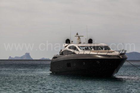 Schoene Yacht vor der Insel Ibiza
