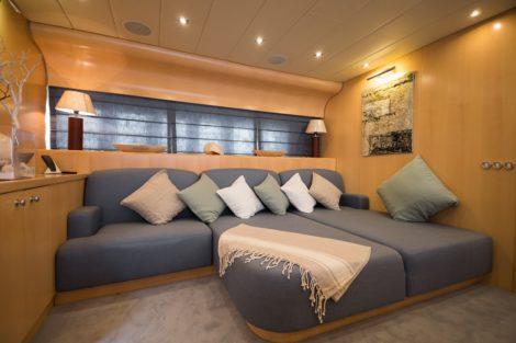 Wohnzimmer der Yacht Leopard 90