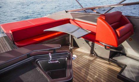 Achternplattform mit einem Sofa und einem sunbed der Yacht der Heimlichkeit 50