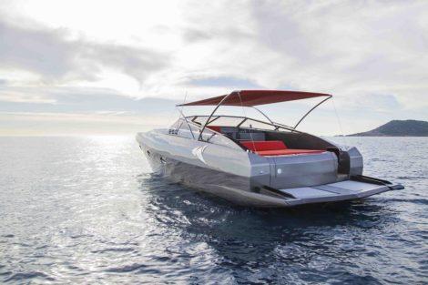 Rueckansicht der modern aussehenden Stealth 50 Yacht zum Mieten auf Ibiza