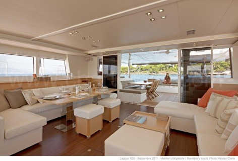 View of the living room and terrace of the catamaran Lagoon 620