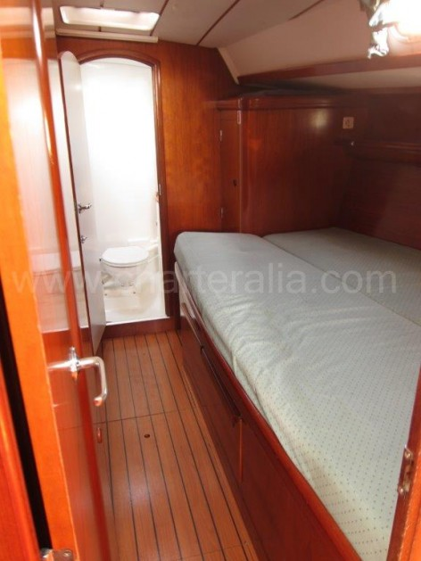 Cabin and bathroom Beneteau 50 hire in Ibiza