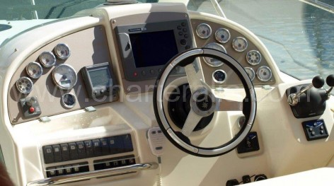View of helm of the Jeanneau 34 Prestige for day excursions in Eivissa