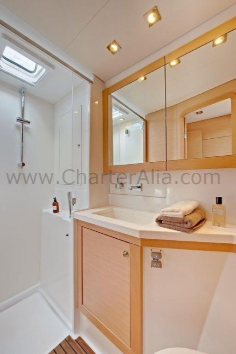 Ensuite bathroom of 450 Lagoon SporTop weekly charter with skipper in Balearic Islands