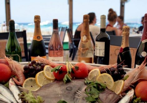 Enjoy some fish and wine at Es Minstre