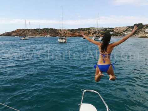 Jumping from the bow pulpit is now a classic from our Lagoon 380