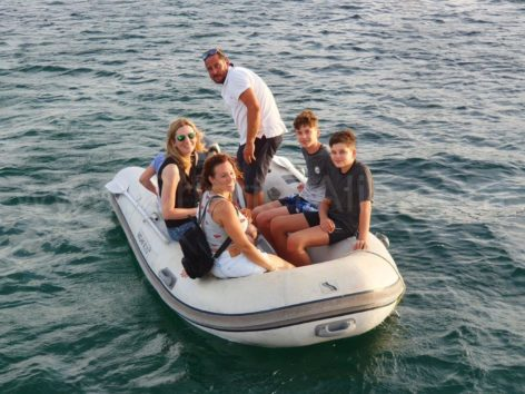 The dinghy boat is perfect for embarking and disembarkin the Lagoon 400 catamaran