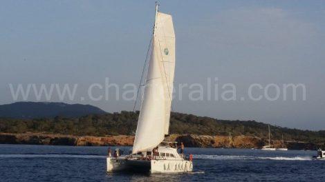 Navigation à bord d'un catamaran Lagoon 380 avec skipper à louer à Ibiza