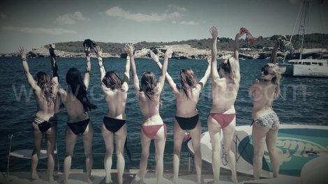 Enterrement de vie de jeune fille sans tee shirt sur le voilier a Ibiza