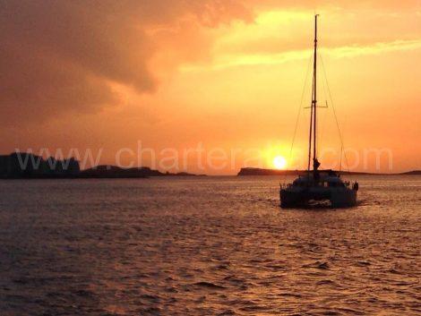 coucher de soleil sur le catamaran a Ibiza