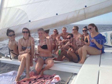 reunion entre amis sur un catamaran a Ibiza