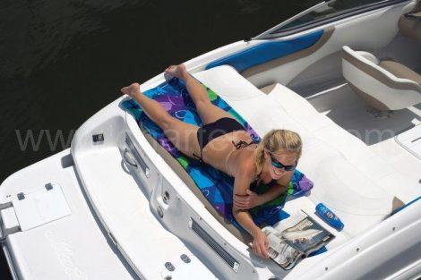 Femmes prenant le soleil en bikini bateau Ibiza
