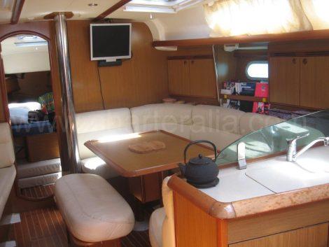 Intérieur du voilier avec capitaine Ibiza