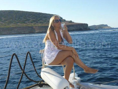 assis sur la proue du bateau a Es torrents a San Antonio