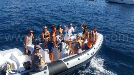 Arrivez à l'un des grands restaurants d'Ibiza avec un service de canot gratuit.