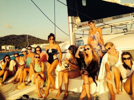 enterrement de vie de jeune fille sur le bateau a Ibiza