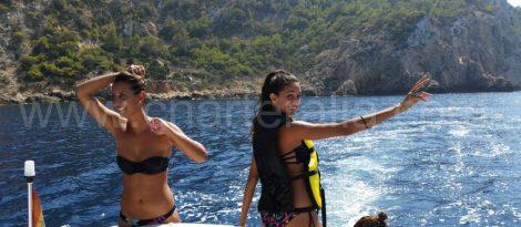 filles en maillot de bain sur le bateau Ibiza