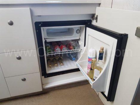 Réfrigérateur à l'intérieur du yacht de location