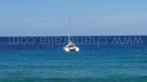 Catamaran sur l'ancre à Cala Conta