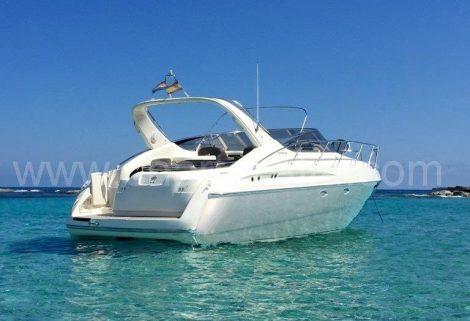 au milieu de la mer à bord Cranchi Endurance 39 Ancré Location de bateaux à Eivissa