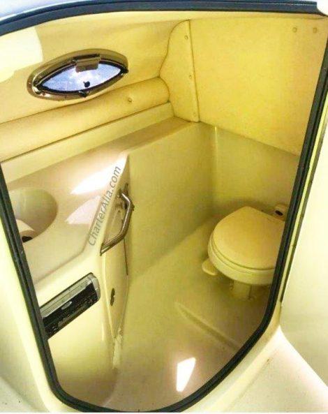 Salle de bain intérieure du Sea Ray 270 en charter a ibiza et formentera